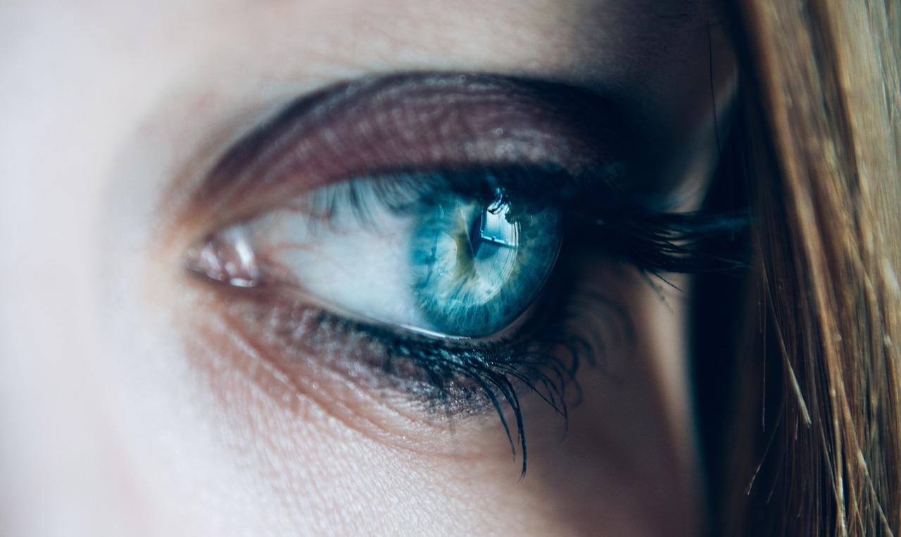 глаз девушка