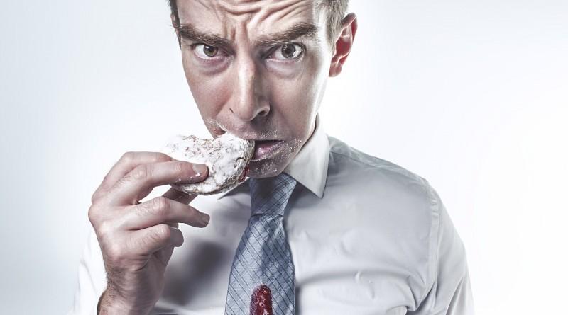 мужчина голодный пончик