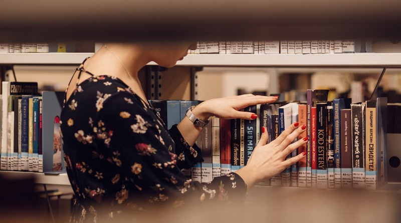 полка книги человек